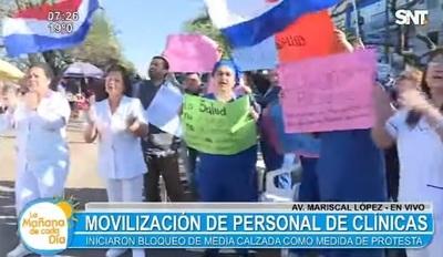 Funcionarios de Clínicas están en huelga y ocupan avenida