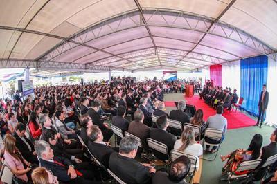 Mandatario entrega cerca de 1.000  becas de estudio, en Palacio de López