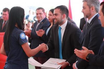 Gobierno entrega la primera parte de un total de 4.000 becas para jóvenes de todo país