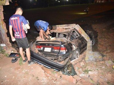 Violento choque contra una muralla deja dos heridos en Ñemby