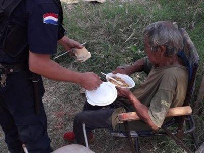 Policía dio su comida a abuelito, en desalojo