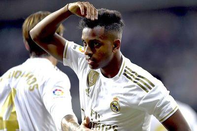 Real Madrid gana y lidera la tabla