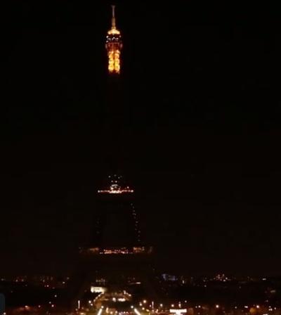 La torre Eiffel a oscuras, en homenaje a Chirac