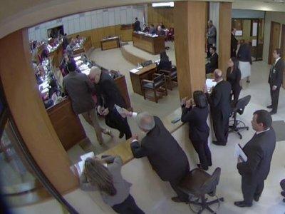 Galaverna se venga de Cubas y le derrama agua en el Senado