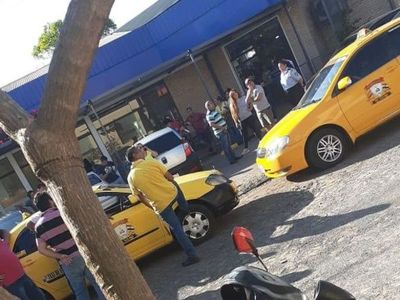 Taxistas acorralan a una conductora de Uber y MUV en Asunción