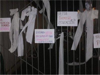 Estudiantes escrachan a Petta y empapelan su casa