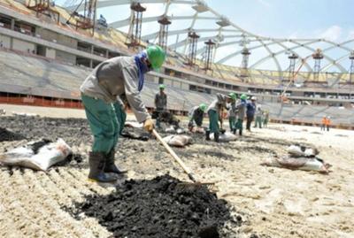 Obreros extranjeros denuncian malas condiciones laborales en Qatar