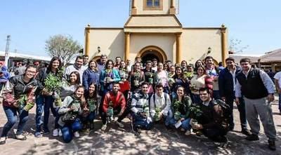 Como acción de retorno social, becarios reforestan espacios públicos en sus comunidades