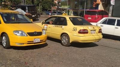 HOY / Taxistas alegan que conductora de Uber les robó pasajera y desmienten agresión