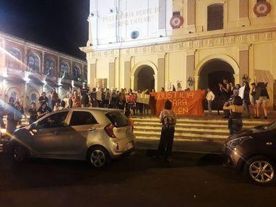 Manifestación frente a la Catedral y la UCA  pidiendo renuncia de Kriskovich
