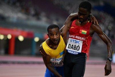 Deportista se gana la admiración del público por su espíritu deportivo