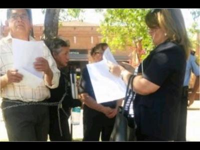 Abuelos se encadenaron por la tenencia de su nieto, cuya madre fue asesinada