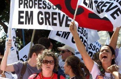 Professores da rede estadual aprovam estado de greve em assembleia geral