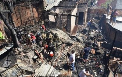 "Incendio deja sin viviendas a varias familias de la ""Chacarita"""