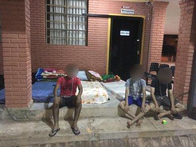Estudiantes se encadenan en colegio de Coronel Oviedo