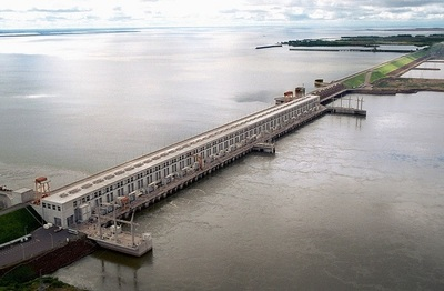 Paraguay denuncia que Argentina vende energía de la EBY a Brasil