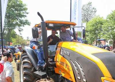 Itaipu entregó maquinarias para fortalecer mecanización de la agricultura familiar