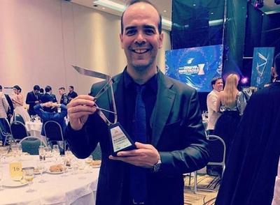 """Álvaro Mora recibe premio internacional a """"Mejor Conducción"""""""