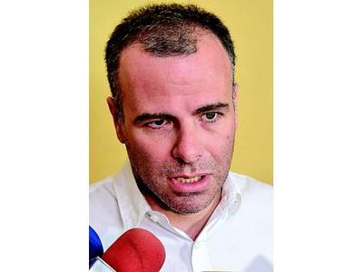 Gómez de la Fuente renuncia tras denuncia de ilícito