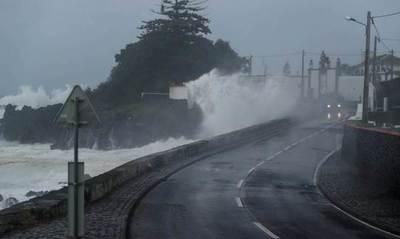 El huracán Lorenzo llega a las Azores con vientos de 200 kilómetros por hora