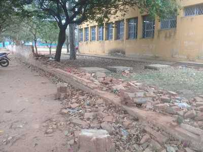 Escuela sigue esperando por ayuda para reconstruir muralla