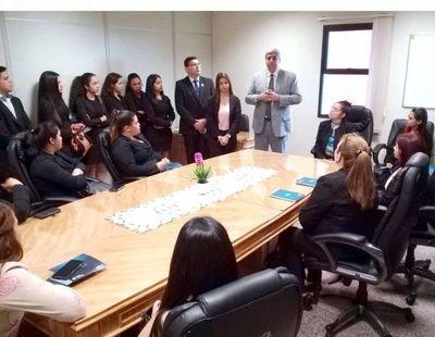 Universitarios en una visita educativa al Palacio de Justicia de Caacupé
