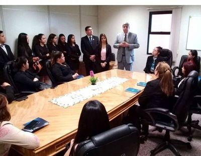 Universitarios visitan el Palacio de Justicia de Caacupé
