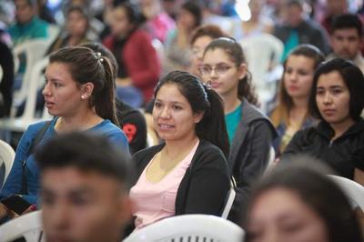 Gobierno entrega recursos para fortalecer redes de salud y apoyar educación de jóvenes de Caazapá