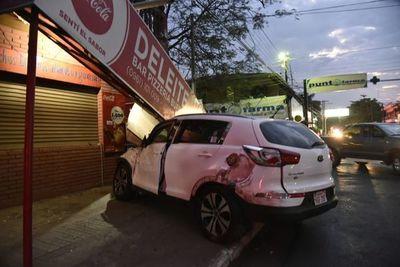 Violento choque entre camioneta y un colectivo en Luque