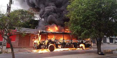 Colectivo ardió en Asunción