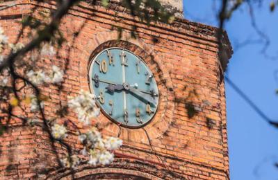 La hora oficial se adelantará en 60 minutos desde este domingo
