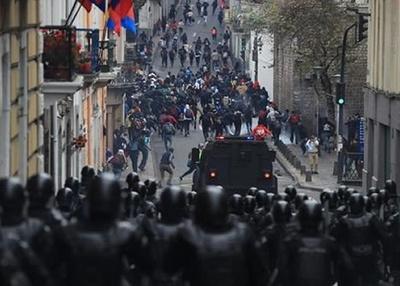 Decenas de heridos y casi 300 manifestantes detenidos en Ecuador
