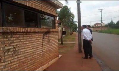 Emplazan a concejal para que retire estructura de la vereda