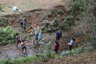 Voluntarios limpian cauce del arroyo Pa'i Ñu
