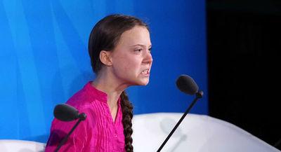 Amenazaron a Greta Thunberg: colgaron un muñeco con su cara en un puente