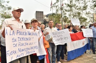 Policías retirados se concentran frente a Parlamento por interpelación a Villamayor