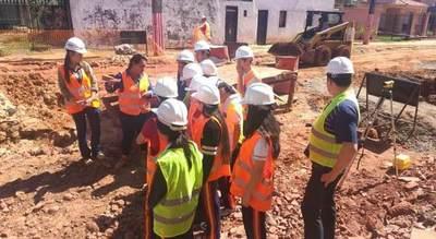 Estudiantes aprenden sobre proyectos de saneamiento