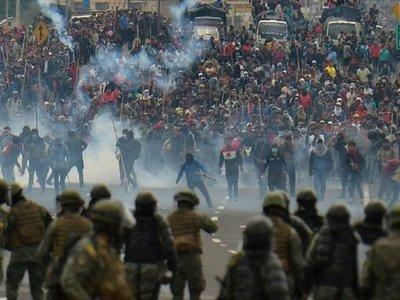 Se reanudan duros enfrentamientos en centro de Quito