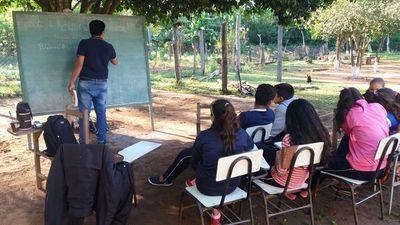San Pedro: 30 alumnos terminarán año dando clases bajo árboles