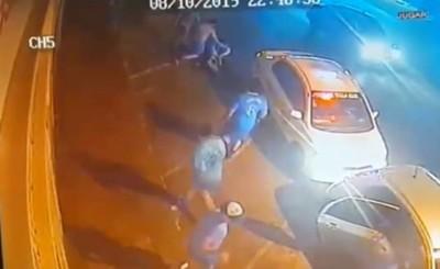 Taxistan agreden salvajemente a conductor de Uber