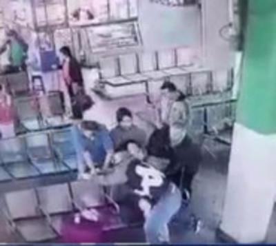 Momento exacto en que un cambista reduce a su asaltante