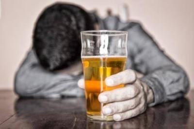 """HOY / Por día una persona se quita la vida: buscan """"aliviar"""" bajón anímico con alcohol, pero no ayuda"""