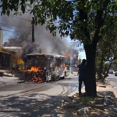 Otro colectivo se incendia en Asunción