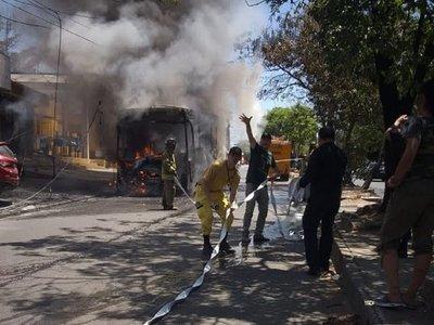 Bus se incendia en zona de la Terminal de Asunción