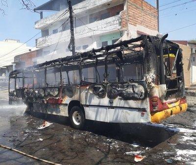 ¡Otro bus ardió en llamas!
