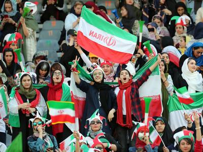 Mujeres iraníes hacen historia con su entrada al estadio Azadi