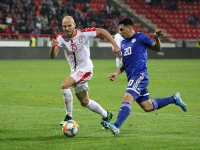 La Albirroja no aguanta con 10 y cae sobre el final ante Serbia