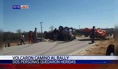 Hermanos sufren heridas en vuelvo de camioneta que iba al rally