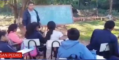 Niños dan clases bajo árboles desde hace nueve años