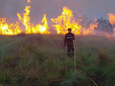 Bomberos dan una pausa para preparar equipos ante posible rebrote de incendios en 72 horas